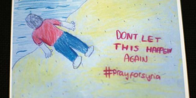 """Tarjetas hechas por la Cruz Roja del Reino Unido en las que se lee: """"No dejes que pase de nuevo. #RezaPorSiria"""", con la imagen del pequeño Aylan."""