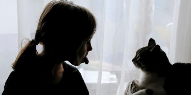 Cette recherche vient étayer les affirmations selon lesquellesles animaux de compagnie peuvent contribuer au bon développementdes enfants et faciliter celui des adolescents. Photo prise en Ukraine, le 22 octobre 2016.