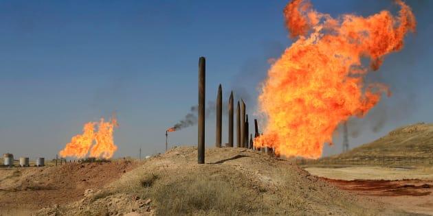 Las llamas emergen de las chimeneas en los campos de petróleo de Kirkuk, Irak, esta mañana.