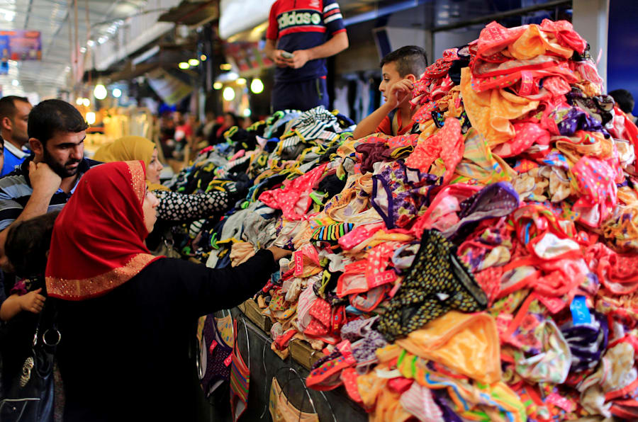 Un grupo de vecinos de Mosul hacen compras de cara a la Fiesta del Cordero, en el zoco de la ciudad.
