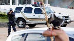Pistola contro arco e frecce: in questa foto il cuore indomito dell'Amazzonia sfida la
