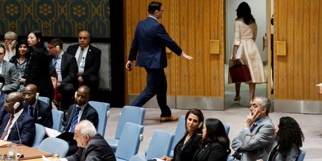 La embajadora permanente de Estados Unidos ante la ONU, Nikki Haley, se marcha de la sala mientras interviene su homólogo palestino, Riyad Mansur.