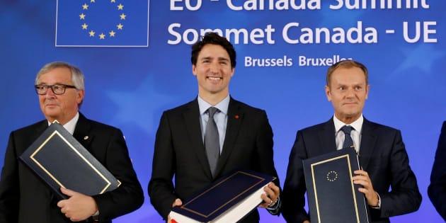 Le Président de la Commission européenne Jean-Claude Juncker, le Premier ministre du Canada Justin Trudeau et le Président du Conseil européen Donald Tusk à la cérémonie de signature du CETA à Bruxelles, le 30 octobre 2016.
