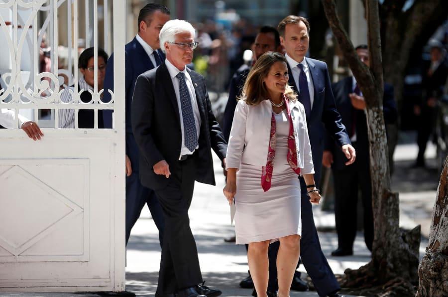 Chrystia Freeland al salir de la casa de transición del virtual presidente electo de México, Andrés Manuel López Obrador, en la colonia Roma en Ciudad de México.