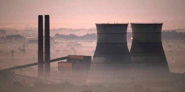 Early morning smog shrouds cooling towers of a power plant in Cape Town, South Africa, June 8, 2006.    REUTERS/Mike Hutchings/File Photo