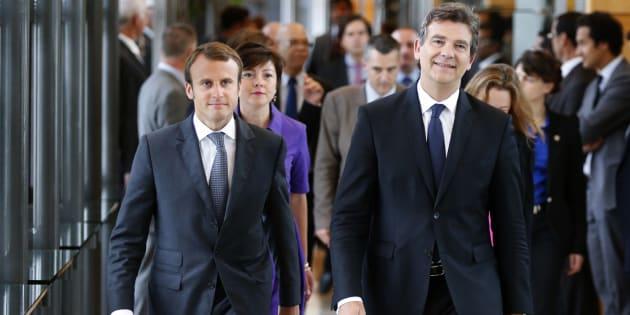 Arnaud Montebourg et Emmanuel Macron lors de la passation de pouvoir au ministère de l'Economie en 2014.