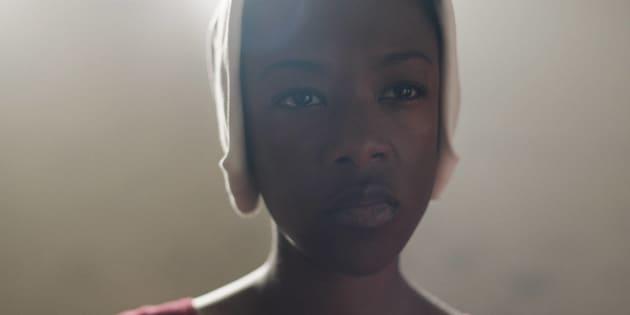Samira Wiley como Moira, em 'O Conto da Aia'.