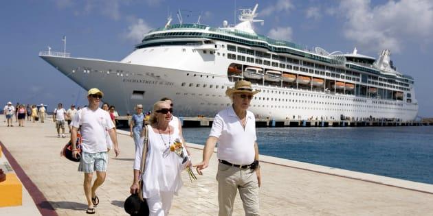 豪華客船「Enchantment of the Seas」で旅をする人々