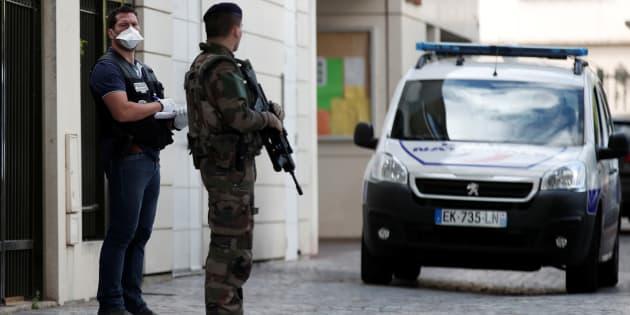 Un policier et un soldat près du lieu de l'attaque des militaires à Levallois-Perret, le 9 août.