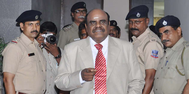 Calcutta High Court judge Justice Chinnaswamy Swaminathan Karnan (C) gestures as he speaks with Indian police personnel in Kolkata on May 4, 2017.