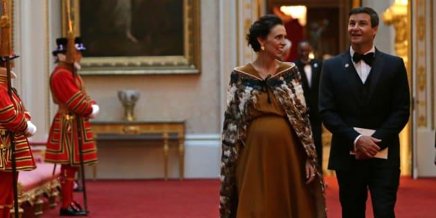 Avec cette cape portée au Buckingham Palace à Londres, Jacinda Ardern, Première ministre néo-zélandaise rend un hommage fort à la culture Maori