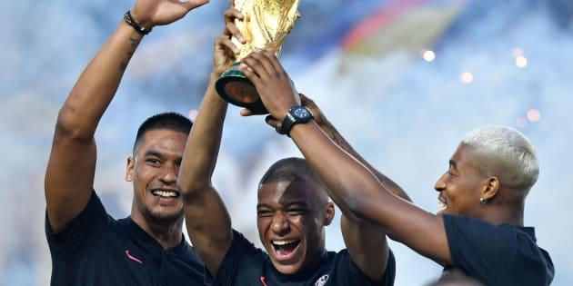 Alphonse Areola, Kylian Mbappé et Presnel Kimpembe présentant la Coupe du monde au Parc des Princes le 12 août 2018.