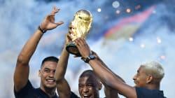 Le trophée de la Coupe du monde présenté au Parc des Princes par Mbappé, Kimpembe et