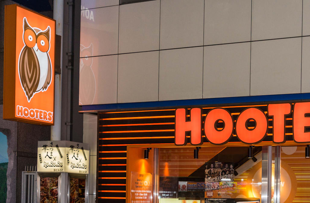 During recession, Hooters-style breastaurants boom