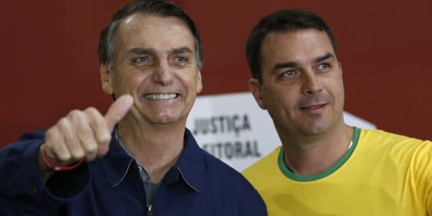 Jair Bolsonaro, líder no 1ºturno, ao lado do filho, Flávio Bolsonaro, senador eleito pelo Rio de Janeiro.