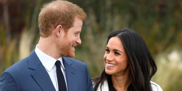 El príncipe Enrique posa con su prometida, Meghan Markle, en los jardines del palacio de Kensington Palace, en Londres, en el anuncio de su compromiso, el 27 de noviembre de 2017.