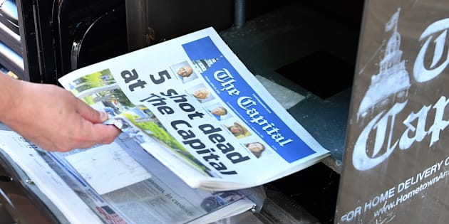 Un estadounidense adquiere un ejemplar del periódico The Capital en Annapolis, Maryland (Estados Unidos), un día después del tiroteo que se produjo en la redacción.