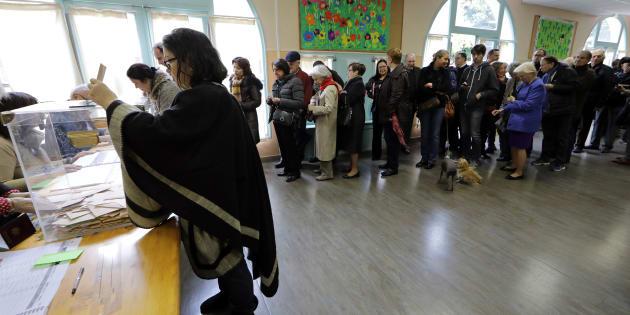 Des électeurs lors du premier tour de la primaire de la droite à Nice, le 20 novembre 2016.
