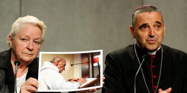 Roselyne Hamel tient une photo de son frère le Père Jacques Hamel, à côté de l'archevêque de Rouen Dominique Lebrun durant une conférence de presse, le 14 septembre 2016.