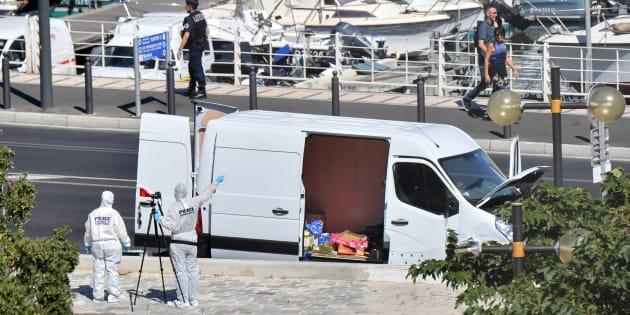La fourgonnette qui a percuté deux abribus à Marseille, lundi 21 août 2017.