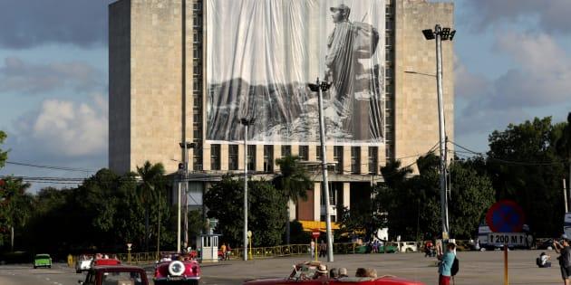 Une photo de Fidel Castro est affichée devant la Bibliothèque nationale José Martí, place de la Révolution à La Havane, à Cuba, le 27 novembre 2016.