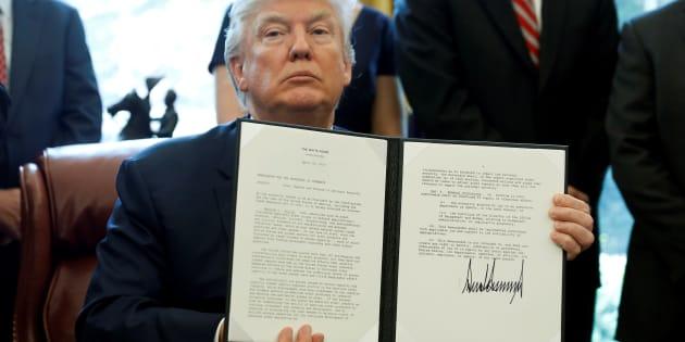 Donald Trump signe à la Maison blanche une directive pour l'ouverture d'une enquête visant à déterminer si l'acier étranger importé aux États-Unis porte atteinte à la sécurité nationale, le 20 avril.