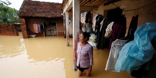 Une fermière devant sa maison ravagée par une dépression tropicale à Hanoi, au Vietnam, le 13 octobre 2017.