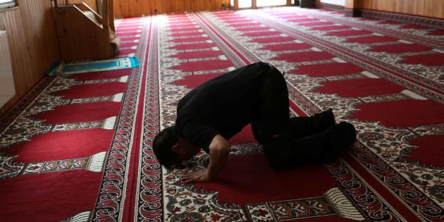 Un homme prie dans la mosquée de l'imam Abdelbaki Es Satty à Ripoll, le 19 août.