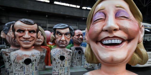 Des figures géantes de Marine Le Pen, François Fillon et Emmanuel Macron, candidats à l'élection présidentielle 2017, sont vues lors de la préparation de la parade du carnaval de Nice, le 2 février 2017.