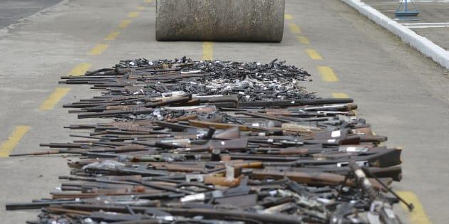 Exército brasileiro destrói armas no Rio de Janeiro em junho de 2017.