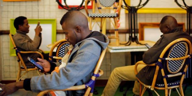 """Des jeunes réfugiés au """"Centre d'Accueil et d'Orientation pour migrants"""" à Saint-Brevin-les-Pins près de Nantes, le 3 novembre 2016. REUTERS/Stephane Mahe"""