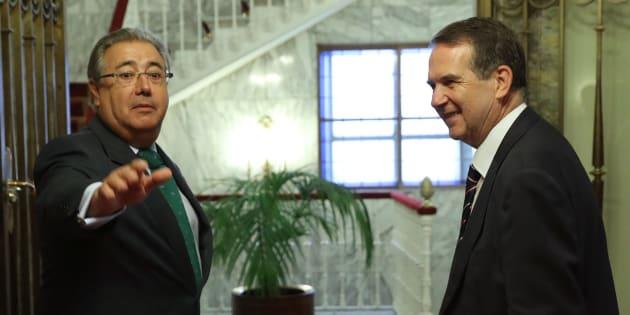 El ministro del Interior, Juan Ignacio Zoido (izquierda), y el presidente de la Federación Española de Municipios y Provincias (FEMP), Abel Caballero, antes de su reunión de hoy en Madrid.