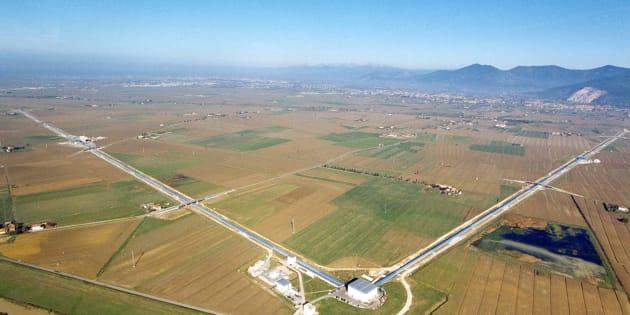 Vue aérienne de l'immense appareil de détection européen des ondes gravitationnelles VIRGO à Cascina près de Pise en Italie. Chaque bras mesure 3 kilomètres.