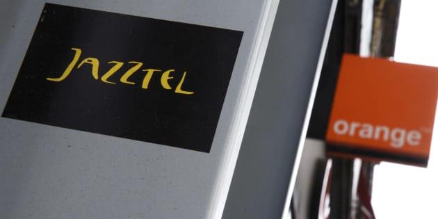 Los logos de Jazztel y Orange en Madrid.