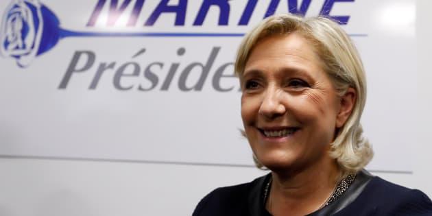 Marine Le Pen pose devant son logo de campagne, au QG de campagne, le 16 novembre 2016 à Paris. REUTERS/Charles Platiau