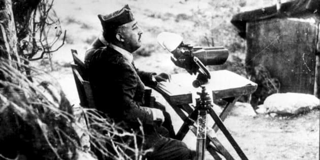 Francisco Franco, observando con binoculares el frente de batalla, desde la retaguardia.