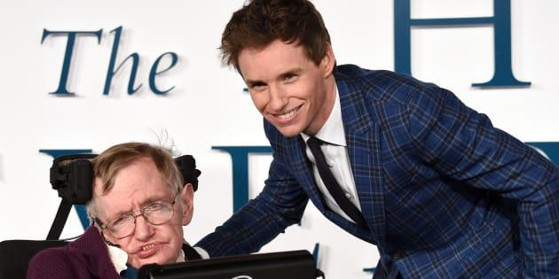 Stephen Hawking y Eddie Redmayne en la presentación en Londres de 'La Teoría del Todo' en diciembre de 2014.