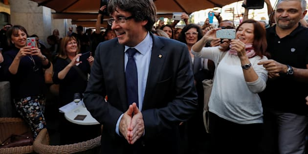 """Puigdemont s'offre un bain de foule au moment même où est diffusée son allocution à la """"nation catalane"""""""