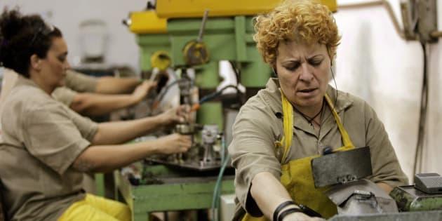 Prisioneiros brasileiros trabalham em fábrica instalada dentro da prisão de Tatuapé de São Paulo.