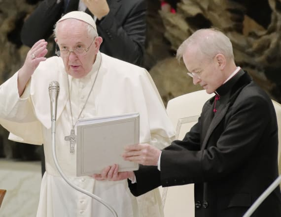 Pope reverts to mask-less old ways amid criticism
