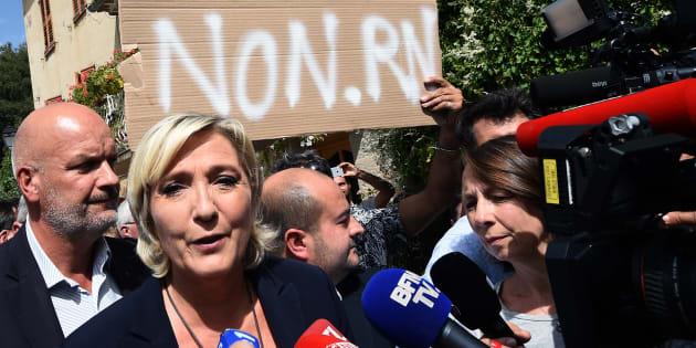 """Non, les militants qui ont perturbé la visite de Marine Le Pen dans le Var n'étaient pas des """"antifas de Marseille""""."""