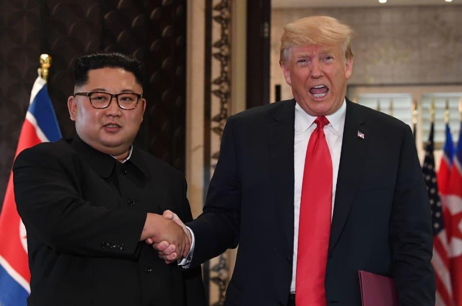 O tão esperado aperto de mão entre Kim Jong-un e Donald Trump nesta terça-feira (12) na ilha de Sentosa, em Singapura.