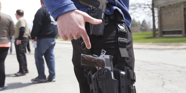 Un défenseur du droit à porter une arme lors d'une manifestation dans le Michigan, en 2014.