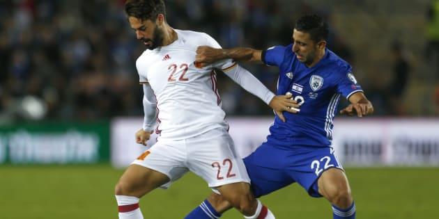 El jugador de la selección española Isco disputa el balón con el israelí Marwan Kabha durante el partido de anoche en Jerusalén.