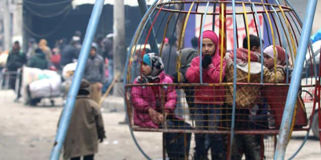 Des enfants jouent en attendant d'être évacués d'Alep-Est, samedi 17 décembre