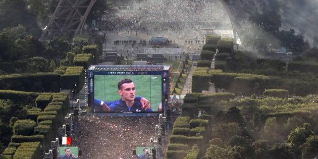 La fan zone du Champs de Mars au pied de la Tour Eiffel pendant l'Euro 2016, lors de la finale entre la France et le Portugal, le 10 juillet 2016.