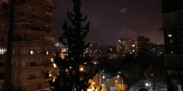 航空機を迎撃する閃光がダマスカス上空で見られた=4月14日未明
