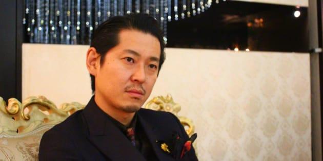 自身の経営する新宿・歌舞伎町のホストクラブで取材に応じた手塚マキさん。