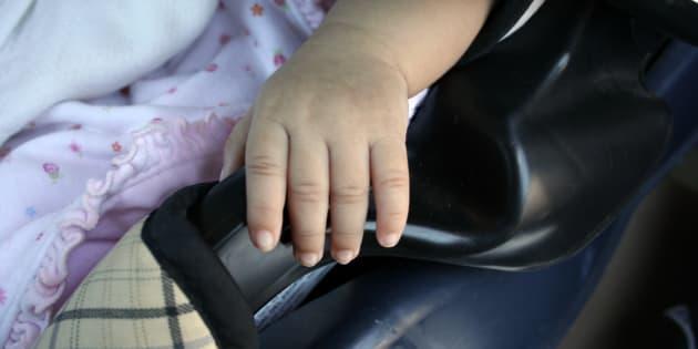 """Lascia la figlia di 4 mesi in auto per una """"lunga pausa caffè"""". Denunciato"""