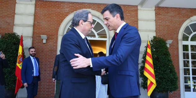 El presidente del Gobierno, Pedro Sánchez, saluda al president de la Generalitat, Quim Torra, en La Moncloa.